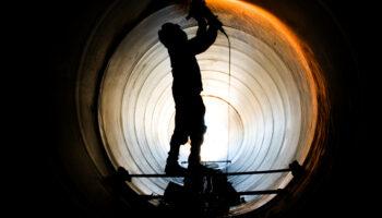 Trabalhador realizando o processo de soldagem do gasoduto.